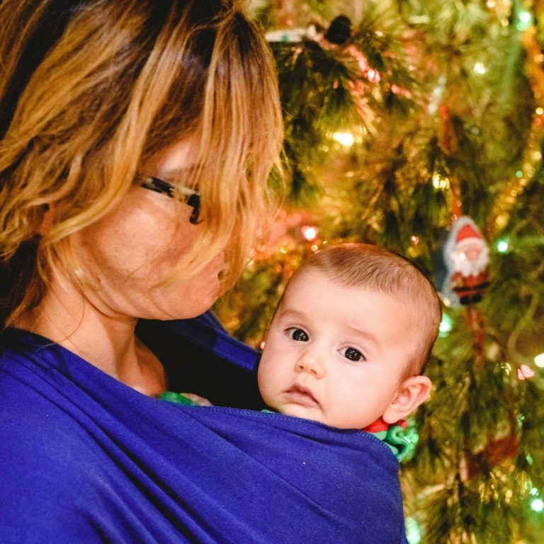 madre con porteo de bebe