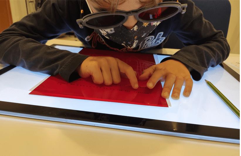 Niño practicando ejercicios de Ambliopía